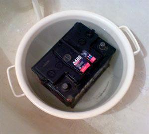 Аккумулятор в тазике с горячей водой фото