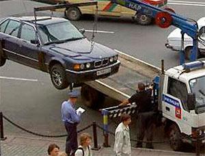Эвакуатор ГИБДД увозит авто фото