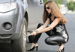 Замена колеса на машине девушкой фото